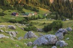 Choza turística en montañas fotografía de archivo