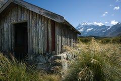 Choza vieja de los vagabundos en montañas Imagen de archivo