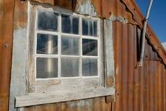 Choza vieja del hierro acanalado fotos de archivo