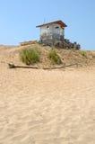 Choza vieja en playa abandonada Imagen de archivo