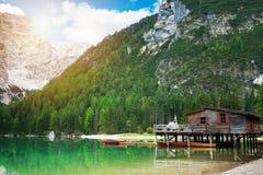 Choza y barcos en los braies del lago fotografía de archivo libre de regalías