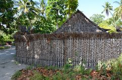 Choza y cerca de la hierba en el soplo de la isla Foto de archivo