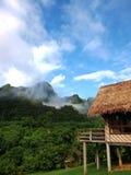 Choza y montañas de bambú Fotos de archivo libres de regalías