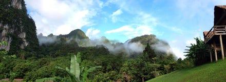 Choza y montañas de bambú Imagen de archivo libre de regalías