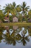 Choza y reflexión de la granja en el agua Foto de archivo libre de regalías