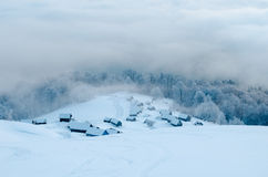 Chozas abandonadas en montañas nevosas Foto de archivo libre de regalías