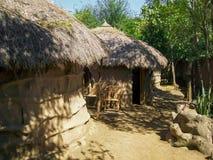 Chozas africanas cubiertas con los árboles fotografía de archivo libre de regalías