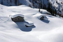 Chozas alpestres bajo nieve Imagen de archivo libre de regalías