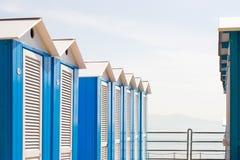 Chozas azules de la playa imagenes de archivo