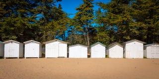 Chozas blancas viejas de la playa Imagen de archivo