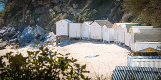 Chozas blancas viejas de la playa Imagenes de archivo