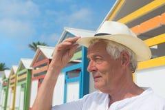 Chozas coloridas de la playa en fila Foto de archivo libre de regalías