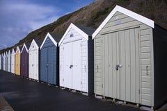 Chozas coloridas de la playa en fila Foto de archivo