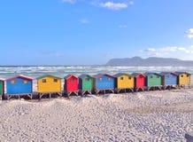 Chozas coloridas de la playa en Muizenberg, Suráfrica Foto de archivo