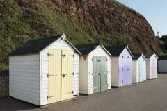 Chozas coloridas de la playa en Seaton, Devon, Reino Unido. Imagen de archivo libre de regalías