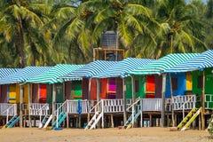 Chozas coloridas en la playa arenosa en Goa Imagen de archivo libre de regalías