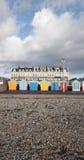 Chozas de la playa de Brighton Hove a lo largo de la orilla del mar Fotos de archivo libres de regalías