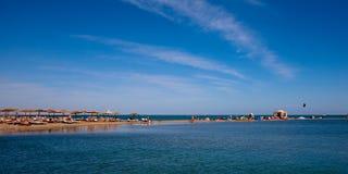 Chozas de la playa, de la laguna y de la palma Foto de archivo libre de regalías