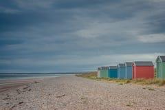 Chozas de la playa en Findhorn, Escocia, Reino Unido Fotografía de archivo