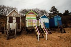Chozas de la playa en la costa Foto de archivo libre de regalías