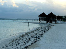 Chozas de la playa en la orilla de Cancun Imagen de archivo libre de regalías