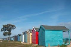 Chozas de la playa en un día soleado imagenes de archivo