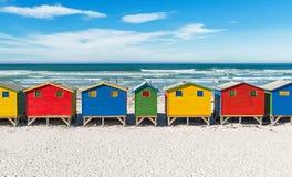 Chozas de la playa de Muizenberg cerca de Cape Town, Suráfrica foto de archivo