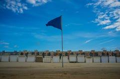 Chozas de la playa y banderín azul en Calais, Francia Imagenes de archivo