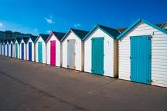 Chozas de madera coloridas en la playa Fotografía de archivo