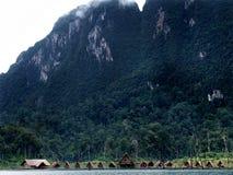 Chozas en el lago en Tailandia Fotografía de archivo libre de regalías