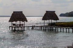 Chozas en el lago Peten Itza, Guatema imágenes de archivo libres de regalías