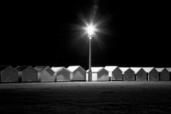 Chozas en la noche, Sussex levantado, del este, Reino Unido de la playa imagen de archivo libre de regalías