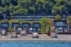 Chozas en la playa del hotel de lujo Fotografía de archivo libre de regalías