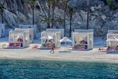 Chozas en la playa del hotel de lujo Foto de archivo libre de regalías