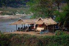 Chozas en los bancos del Mekong Imagenes de archivo