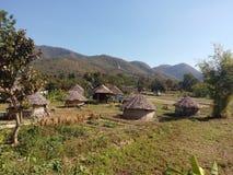 Chozas nativas redondas en campo y las colinas fotografía de archivo