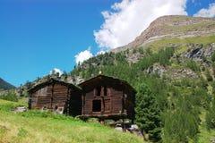 Chozas suizas viejas en montañas Imagenes de archivo