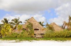 Chozas tradicionales en paraíso tropical foto de archivo libre de regalías