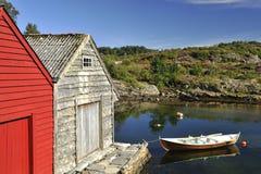 Chozas y lago noruegos de la pesca fotos de archivo