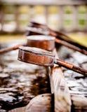 Chozusha - pequeña tina con los cazos del agua para la limpieza del cuerpo antes imagenes de archivo