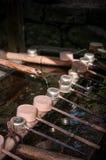Chozusha - piccola vasca con i merli acquaioli dell'acqua per pulizia del corpo prima Immagini Stock
