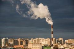 CHP με τις καπνίζοντας καπνοδόχους σε μια κατοικήσιμη περιοχή της πόλης Στοκ εικόνες με δικαίωμα ελεύθερης χρήσης