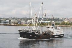 Chrétien et Alexa de navire de pêche professionnelle croisant New Bedford photographie stock