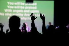 Chrétiens adorant à l'église Image libre de droits