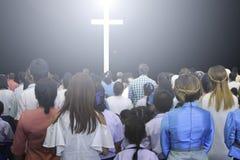 Chrétiens soulevant leurs mains dans l'éloge et le culte à un concert de musique de nuit Image stock