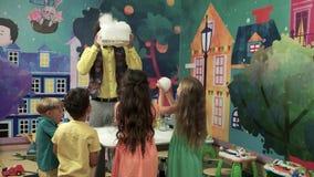 Chremical przedstawienie dla dzieciaków, zwolnione tempo zdjęcie wideo