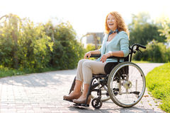 Chrerful wheelchaired la femme riant en parc Photos stock