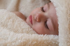 Chéri de sommeil avec la bouteille Image libre de droits
