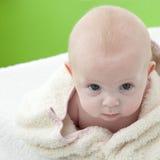 Chéri enveloppée dans un bain towel.bis Images stock
