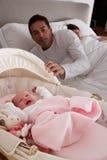 Chéri nouveau-née pleurant dans le lit de camp Image libre de droits